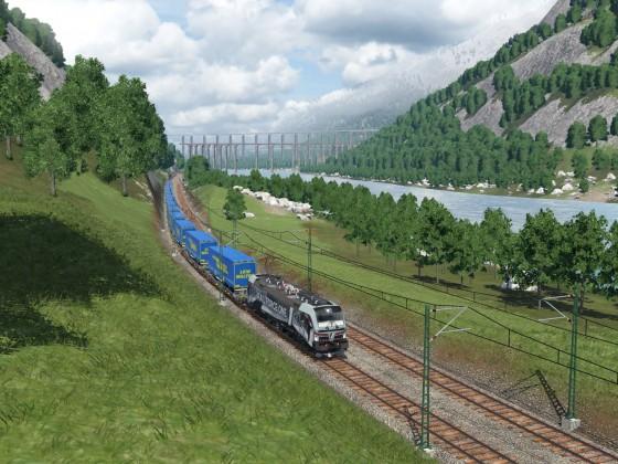 RFO 193 623 mit einem LKW Walter am Rhein gegenüber des Saint-Die Berg.