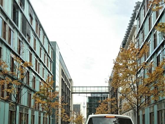 Fernsehturm zwischen den Gebäuden.