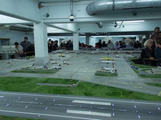 Das Flughafen gelände und ein Teil der Start und Landebahn