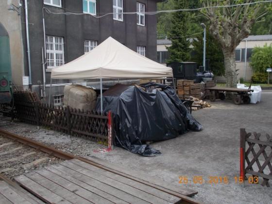 Schmalspur Lokomotive neben Filmrequisiten
