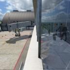 Passagiere am Terminal (interessante Spiegelung)