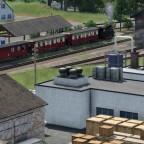 Schmalspurlok Henschel HF 110 (konvertiert) mit den sächsischen Personenwagen in beige/rot