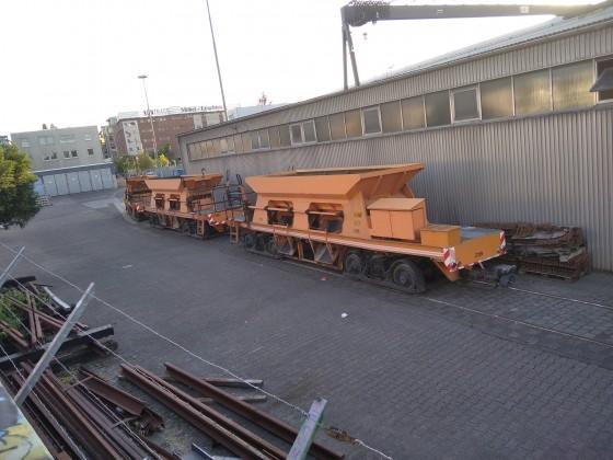 Straßenbahn-Güterwagen und kleines Gleislager