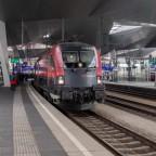 Vorsicht auf Gleis 8, der RailJet fährt ab