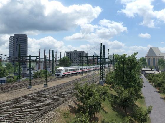 Intercity unterwegs durch die Vorstadt.