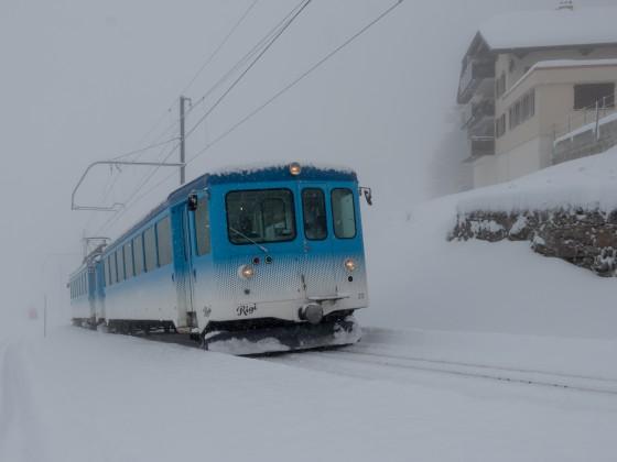Auch wenn sich nur wenige Leute ins Schneegestöber trauen, es wird streng nach Fahrplan gefahren