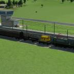 BR151 mit Kranwagen und Holzzug bei der Beladung im Güterbahnhof