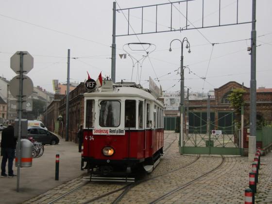 Historischer Tramwagen vor der Remise