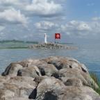 Flagge im Hafen mit Sicht auf den Leuchtturm
