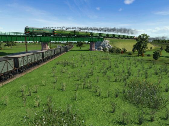 Gemischt Zug mit Landwitschaft cargo fahrt hinter dreifach diesel traktion ueber ein leer Eisenerzzug.