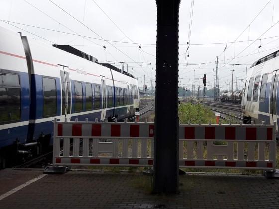Zugbegegnung am Bahnsteig