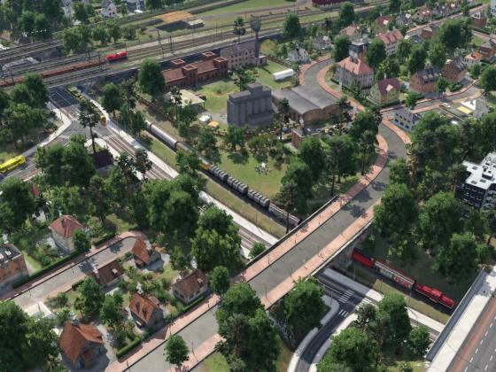 Güterzug schleicht durch die Stadt
