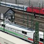 IC mit BR 120 als Zugpferd bei der Bahnhofseinfahrt