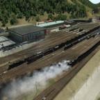 Blick auf BW Mürzzuschlag, davor mehrere wartende Güterzüge