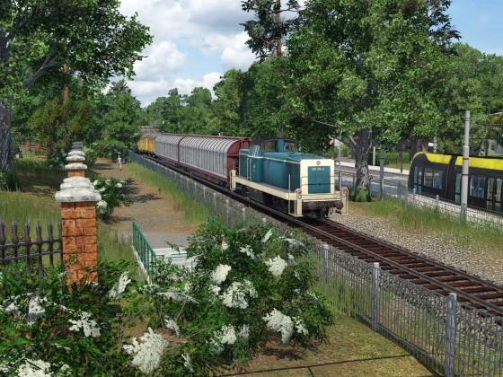 Güterzug schleicht durch die Stadt 2