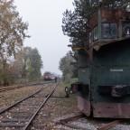 Vorsicht auf Gleis 1, ein Lokzug fährt durch