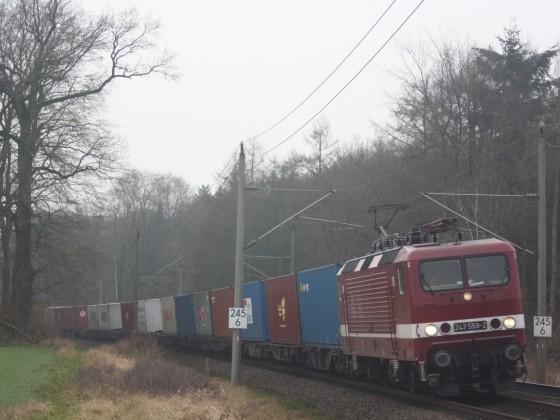 Deltarail 243 559 mit einem Comtainerzug in Müssen